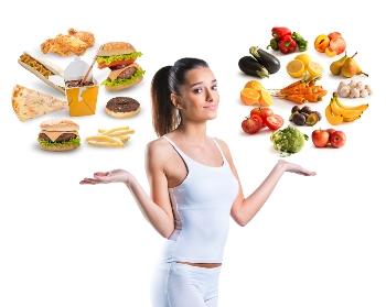 Frau mit ungesundem Fleisch und gesundem Obst und Gemüse - Quelle: Adobe Stock